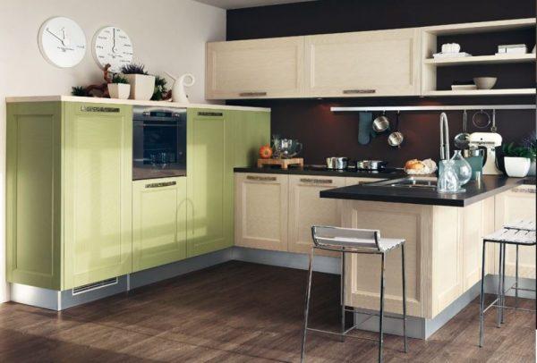Строгий интерьер кухни с зелёным шкафом