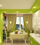 Двухцветный потолок на кухне с бело-зелёным гарнитуром
