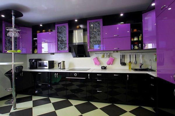 Интерьер кухни в фиолетово-чёрных тонах