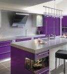 Оригинальный светильник на кухне с фиолетовой мебелью