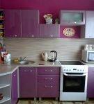 Фиолетовый гарнитур на маленькой кухне