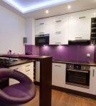 Фиолетовый фартук и кресла на кухне