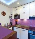 Сочетание фиолетового фартука и салфеток на кухне