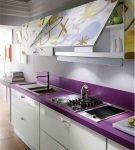 Фиолетовая столешница на белой кухонной мебели