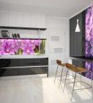 Необычный фартук для кухни с фиолетовыми деталями
