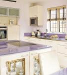 Сиреневая светлая столешница на белой кухне