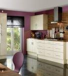 Тёмно-сиреневые стены и бежевая мебель на кухне