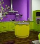 Фиолетовая стена с зелёной мебелью на кухне