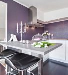Кухня в классическом стиле и сиреневыми стенами