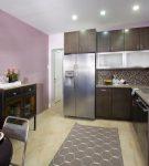 Бледно-сиреневые стены кухни