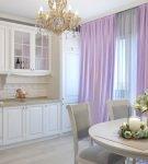 Сиреневые шторы на светлой кухне