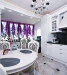 Тёмные портьеры на стильной кухне-столовой