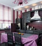 Интерьер кухни с полосатыми шторами