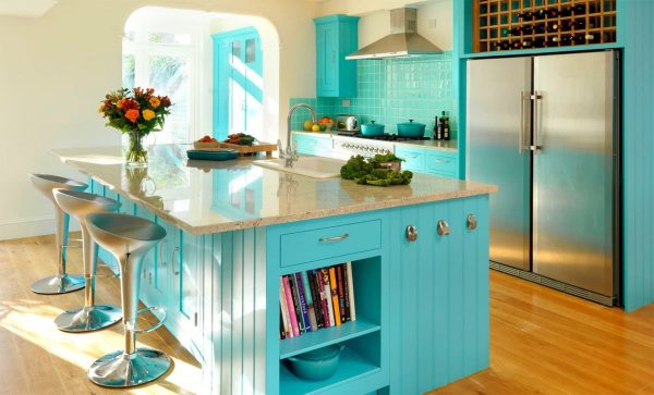 Рустикальная кухня с винной полкой