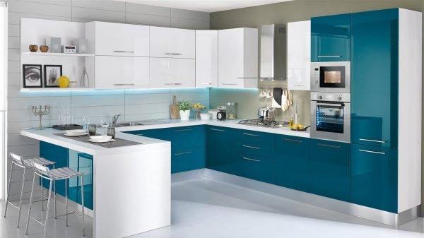 Белая кухня с зелёно-синими фасадами