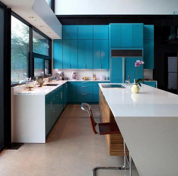 Бирюзовая кухня с фасадами двух видов