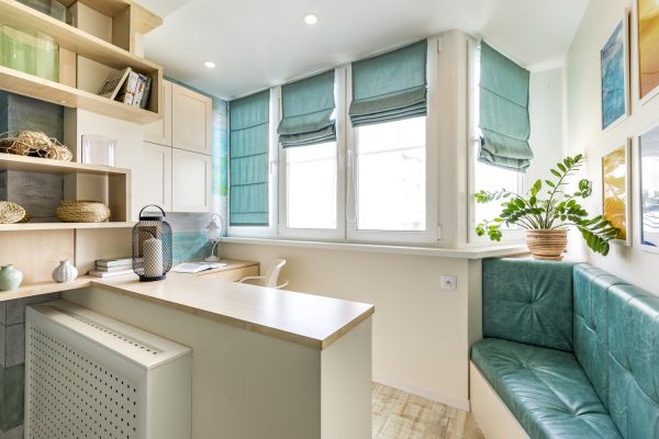 Кухня с бирюзовыми шторами