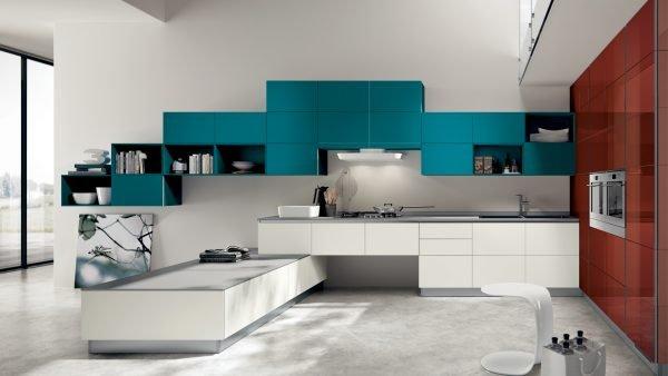 Кухня с белыми, бирюзовыми и терракотовыми фасадами