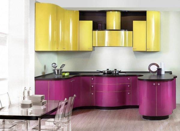 Двухцветный гарнитур на кухне в стиле авангард