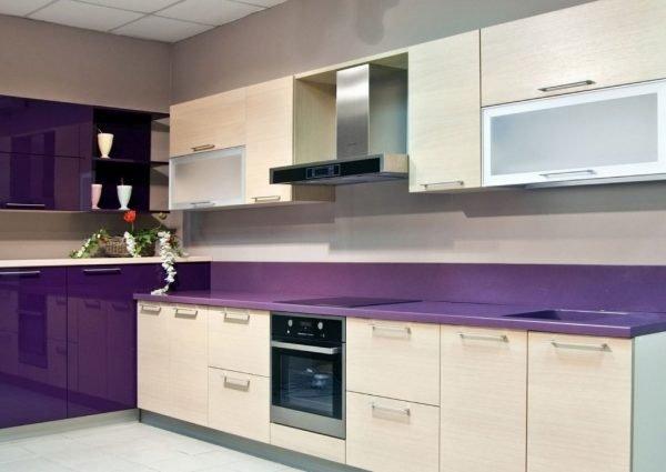 Кухня в стиле модерн с фиолетовыми деталями