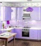 Сиреневый кухонный гарнитур на фоне светлых стен