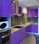 Гарнитур с яркими фиолетовыми фасадами на кухне
