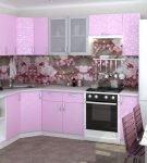 Нежный сиреневый цвет мебели на кухне в доме