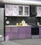 Пурпурный тон мебель на кухне