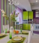 Сочетание зелёного и фиолетового в обстановке кухни