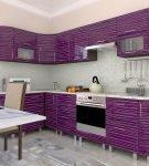Необычный фиолетовый гарнитур на кухне в квартире