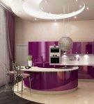 Кухня с люстрой-шаром и фиолетовой мебелью