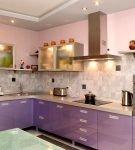 Освещение кухни с сиреневым гарнитуром