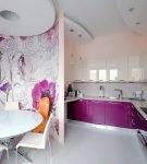 Сочетание узора на стене и фиолетовых фасадов кухонных шкафов
