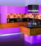 Подсветка на фиолетовой кухонной мебели