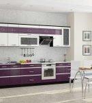 Белая кухня с лиловым гарнитуром