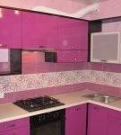 Сочетание узоров на фартуке и фасадов кухонной мебели