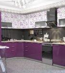 Тёмные и узорчатые фасады шкафов на кухне