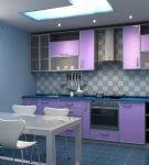 Фартук и геометрическим узором и сиреневая кухонная мебель