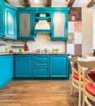 Яркая бирюзовая кухня с красными стульями