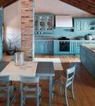 Бирюзовая кухня на чердаке