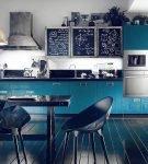 Кухня с бирюзовыми фасадами в глянце