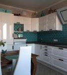 Кухня с бирюзовым фартуком из плитки