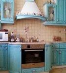 Бирюзовая кухня с выступом