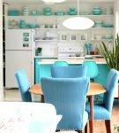 Кухня с бирюзовой посудой