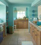 Кухня с бирюзовыми стенами и деревянными фасадами
