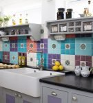 Кухня с цветным фартуком