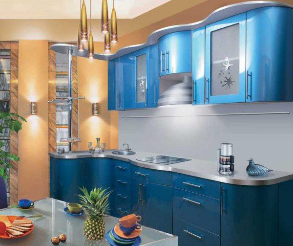 Синий кухонный гарнитур в светлом интерьере