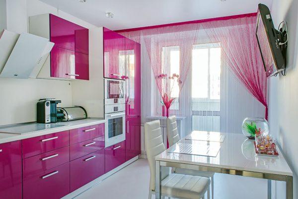 Кухня с насыщенным розовым цветом в интерьере