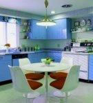 Кухня в синим гарнитуром и зелёными деталями