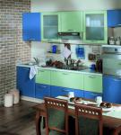 Сине-зелёный гарнитур на кухне в доме
